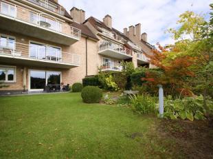 Schitterend en lumineus gelijkvloers appartement ca. 117 m²met twee slaapkamers en private aangelegde tuin. Het appartement is gelegen in de Stij