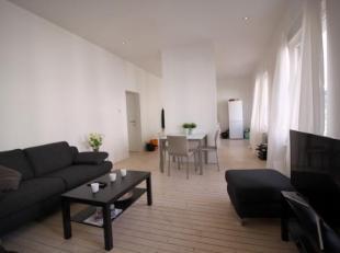 Gerenoveerd en licht 2 slaapkamer appartement ca. 85m² op plancher vloeren gelegen in een klein gebouw nabij 't Zuid. De hoge plafonds zorgen voo