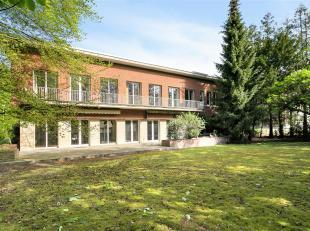 Polyvalente en karaktervolle kantoorvilla op 1.200m² grond met diverse mogelijkheden! Dit modernistische pand met art-deco inrichting bestaat uit