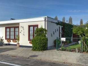 Op uiterst rustige locatie vinden we deze woning met 2 slaapkamers, tuin en garage met tal van mogelijkheden! Indeling: Inkomhal, leefruimte op tegelv