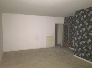 Appartement gelegen op de eerste verdieping : Inkomhal met apart toilet - living  - keuken met kasten en spoelbakken, Koelkast, kookplaat, dampkap -