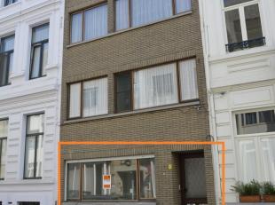 Volledig gerenoveerd 2-slaapkamer gelijkvloersappartement met grote tuin.<br /> Grote slaapkamer aan de voorkant. Open geïnstalleerde keuken met