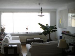 Appartement op de derde verdieping met garagebox is als volgt ingedeeld. Inkomhal – living – 2 slaapkamers – badkamer – keuken – terras – verwarming o