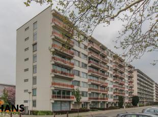Dit goed gelegen appartement ligt op de eerste verdieping en omvat een inkomhal, geïnstalleerde keuken, ruime woonkamer, 2 slaapkamers, een apart