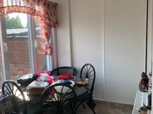 Dit appartement is op de eerste verdieping :<br /> Inkomhal, badkamer met douche, lavabomeubel en toilet , 1 slaapkamer, ruime living , keuken met las