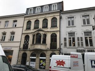Centraal gelegen Exclusieve handelsruimte gelegen op gelijkvloerse en op de eerste verdieping in het centrum van de stad Hasselt. Dit herenhuis met ne