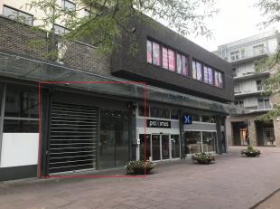 A-locatie in het winkelcentrum van Genk. 225m² handelsruimte. Momenteel ingericht als kledingswinkel en volledig uitgerust met verlichting, airco