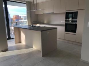Prachtig nieuwbouwappartement aan de stadsrand van het gezellige centrum van Genk met maar liefst 105m2 bewoonbare oppervlakte.<br /> <br /> De keuken
