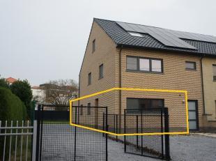 Aan de Kleine Hostartstraat te Genk, vinden we dit ruime gelijkvloers appartement. <br /> <br /> Het appartement is gelegen op een TOP locatie. Het is