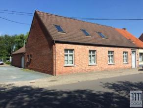 Deze woning is gelegen in een aangename straat kort bij het centrum van Sint-Lenaarts op een mooi perceel van 905m² met een straatbreedte van +/-