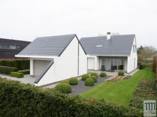 Deze tijdloze villa is gelegen in een landelijke omgeving op korte afstand (+/-2km) van het centrum van Wuustwezel en amper op 3km van het treinstatio