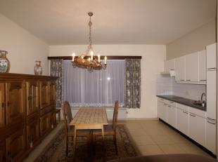 Knus gelijkvloers appartement in het centrum van Stekene. Het omvat een woonkamer, een open geïnstalleerde keuken, 2 slaapkamers waarvan 1 toegan