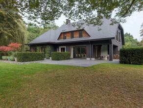 Deze recent vernieuwde villa op een exclusief domein van 2 ha grond kent een uitzonderlijke ligging nabij het centrum van Mortsel waar de stilte overh