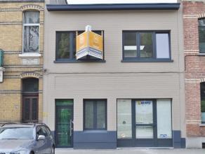 Volledig vernieuwde woning op een centrale ligging met magazijn-winkel- of atelierruimte van ca 210 m² groot (in optie). De woning werd net van k