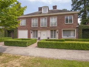 Deze charmante en stijlvolle villa is gelegen in de meest residentiële woonwijk van Berchem. De ligging is rustig en kindvriendelijk, op een stee