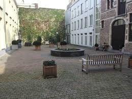 In de drukbelopen Hoogstraat in het hartje van Antwerpen bevindt zich dit instapklaar appartement met twee slaapkamers op de derde verdieping van een