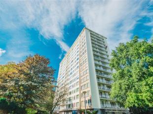 Instapklaar 2-slaapkamer appartement met zuidwest gericht terras op negende verdieping nabij de Grote Steenweg te Berchem. Aangename en lichte living