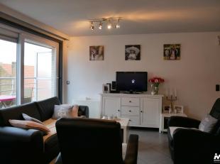 Instapklare duplex op 50 meter van het strand van Bredene. Dit ruime appartement (91m²) werd met mooie materialen opgericht en bestaat uit : gast