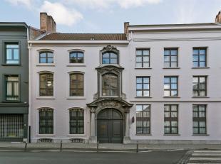 Info/bezoek: 03 283 05 00  stad@sinjoor.be Duplex appartement met 2 slaapkamers en terras gelegen in een uniek historisch pand te Antwerpen centrum. H