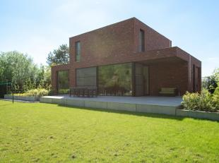 Gelegen op een goed bereikbare locatie, bevindt zich deze recente moderne woning in loft stijl op een perceel van ca. 1.800 m².<br /> Indeling:<b