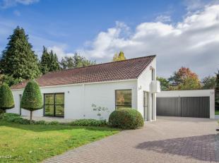 Moderne laagbouwvilla op een toplocatie voor het centrum van Schilde op ca. 2 933 m².<br /> Indeling: ruime en mooie inkomhal op marmer voorzien