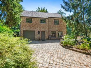 Op een residentiële locatie bevindt zich deze energiezuinige villa op ca. 4985 m².<br /> Indeling: inkomhal, leefruimte in L-vorm op gepolie