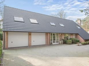 Gelegen in het Zonnebos, in een doodlopende straat, bevindt zich deze villa op ca. 1700 m².<br /> Indeling: glvl.: inkomhal met gastentoilet en v