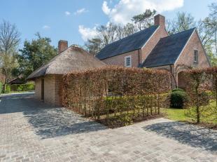 Op een residentiële locatie bevindt zich deze luxe villa met verwarmd buitenzwembad op ca. 2013 m².<br /> Glvl.: rme. inkomhal met vestiaire
