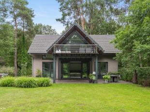 Op een uiterst rustige, groene locatie bevindt zich deze moderne woning op ca. 2070m² op het einde van een doodlopende straat. Volledige privacy