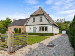 Gelegen op een rustige locatie bevindt zich deze villa/tweewoonst/praktijkvilla op ca. 2 724 m².<br /> Indeling:<br /> gelijkvloers: de ruime en