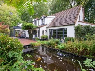 Ruime villa gelegen in een residentële wijk op ca. 3149 m².<br /> Gelijkvloers: ruime inkomhal voorzien van een gastentoilet met handenwasse
