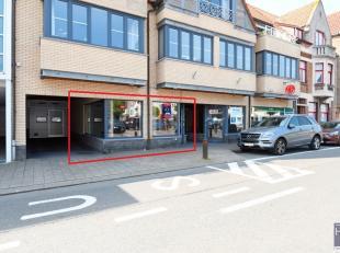 Deze gelijkvloerse handelsruimte is gelegen op het Gemeenteplein te Knokke en bestaat uit een lichtrijke ruimte van 55m² en een kelderruimte die