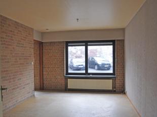 Dit ruim 1 slaapkamerappartement bevindt zich op het gelijkvloers aan de voorzijde van een gebouw in de Hofstraat.<br /> Het appartement heeft een eig