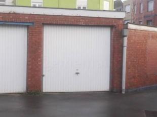 Deze garagebox ligt in het hartje van de Sleepstraat, in een afgesloten garageboxen complex. Automatisch poort bij inrit. Voor meer info of een bezoek