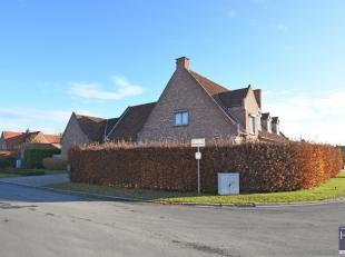 Nabij het sfeervolle centrum van Kortrijk vindt u deze villa met 3 slaapkamers en kantoorgedeelte te koop.   <br /> Gelegen in een residentiële b