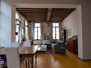 Inkomhal met ingebouwde vestiairekast. Gastentoilet met handenwasser. Living op vinyl met veel lichtinval en hoge plafonds (3,45m) met zichtbare houte