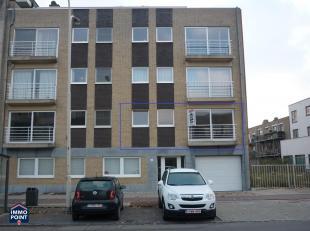 INDELING<br /> U vindt dit appartement met lift en terras op de eerste verdieping.<br /> Vooraan is de ruime woonkamer die dankzij de grote ramen een