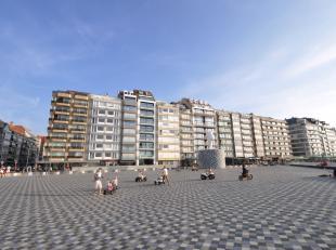 Ruim appartement met 3 slaapkamers volledig  gerenoveerd gelegen op het Rubensplein met frontaal zicht op zee. Samenstelling: Inkomhal met vestiaire e