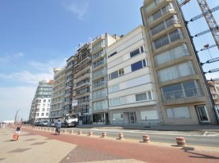 Ruim gelijkvloers appartement met zeezicht op de zeedijk vlakbij het Rubensplein. Dit appartement is gemeubeld en omvat een inkomhal, woonkamer met ze