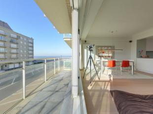 Volledig gerenoveerd appartement met een prachtig zijdelings zeezicht.  De lichtrijke living heeft uit op het terras waar men kan genieten van de midd