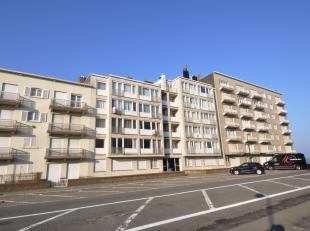 Instapklaar aangenaam appartement op de Meerlaan aan het Albertstrand in Knokke. Woonkamer met een mooi zijdelings zeezicht alsook een breed zicht ove