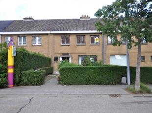 Te renoveren woning in de dorpskern van Zwankendamme. Deze goed gelegen woning op 5 min van Zeebrugge omvat een inkomhal met gastentoilet en vaste tra