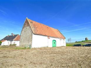 Idéalement située en campagne, à quelques minutes du centre-ville, cette ferme sur 34 000 m² de terrain offre un potentiel n