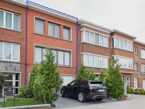 In een rustige straat te Wilrijk treft u deze prachtig gerenoveerde, luxe woning, vlakbij openbaar vervoer en scholen. <br /> <br /> Een vernieuwde op