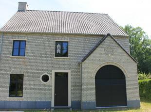Luxueuze villa in het mooie Buitenland op een perceel van +/- 1335m² bestaande uit: inkomhal, apart toilet, ruime woonkamer met veel lichtinval,