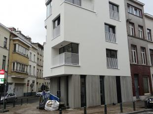 Dit prachtig appartement is gelegen op een wandelafstand van centrum Brussel, dichtbij het openbaar vervoer en winkels, bestaat uit: inkomhal - woon-
