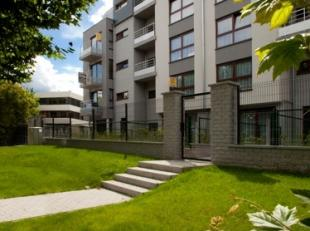 Appartement van 60 m² op het gelijksvloer met een terras aan de voorkant en een tuin van 60m² aan de achterkant in een recente residentie be