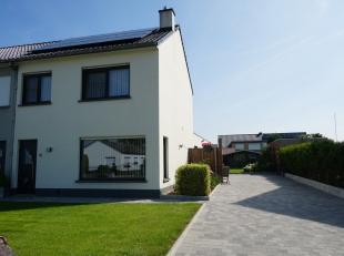 Ontdek deze mooie woning in het rustige dorp Kluizen, een deelgemeente van Evergem.<br /> <br /> De huidige eigenaars hebben hun woning met liefde ond