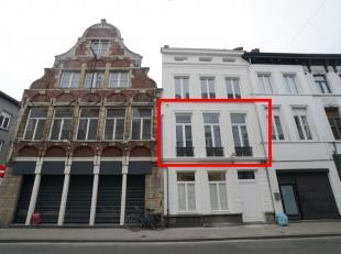 Deze unieke parel is gelegen in het historisch centrum van Gent op wandelafstand van de Vrijdagmarkt. <br /> Achter deze 19de-eeuwse gevel schuilen 3