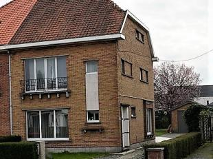 Deze woning is gelegen dicht bij het centrum van Evergem en is ideaal voor een groot gezin of als starterswoning.<br /> <br /> Even een rondleiding:<b